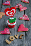 Biscotti a forma di del biglietto di S. Valentino del cuore Fotografia Stock Libera da Diritti