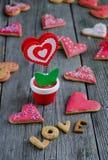 Biscotti a forma di del biglietto di S. Valentino del cuore Immagine Stock Libera da Diritti