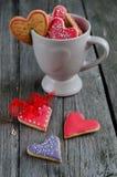 Biscotti a forma di del biglietto di S. Valentino del cuore Immagine Stock
