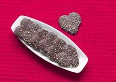 Biscotti a forma di del biglietto di S. Valentino del cuore sulla zolla Fotografie Stock Libere da Diritti