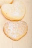Biscotti a forma di del biglietto di S. Valentino di biscotto al burro del cuore Fotografia Stock