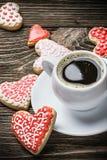 Biscotti a forma di del cuore al forno il giorno dei biglietti di S. Valentino Immagini Stock