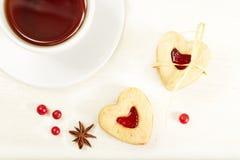 Biscotti a forma di del cuore con ostruzione Fotografie Stock