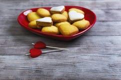 Biscotti a forma di del cuore e due candele Fotografia Stock