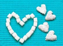 Biscotti a forma di del cuore per il giorno di biglietti di S. Valentino Fotografie Stock