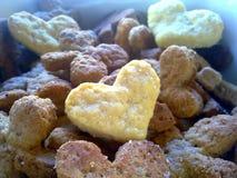 Biscotti a forma di del cuore scuri e leggeri immagine stock libera da diritti