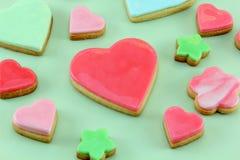 Biscotti a forma di del cuore su priorità bassa verde chiaro Fotografie Stock Libere da Diritti