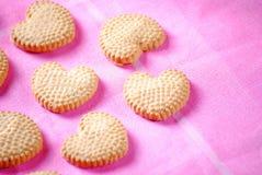 Biscotti a forma di del cuore sul rosa Immagini Stock Libere da Diritti