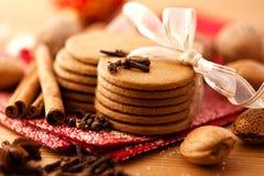 Biscotti a forma di del pan di zenzero del cuore Immagini Stock Libere da Diritti