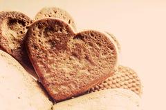 Biscotti a forma di del pan di zenzero del cuore Fotografia Stock