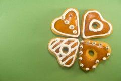 Biscotti a forma di del pan di zenzero del cuore Fotografie Stock