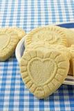 Biscotti a forma di di biscotto al burro del cuore Fotografia Stock