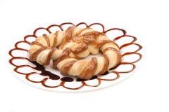 Biscotti a forma di nodo deliziosi sul piatto. Fotografie Stock