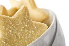 Biscotti a forma di stella in una ciotola bianca Immagine Stock Libera da Diritti