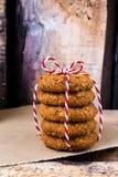 Biscotti freschi con la mandorla e lo zucchero bruno con la r rossa e bianca fotografie stock