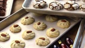 Biscotti freschi dal forno video d archivio