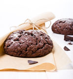 Biscotti freschi del cioccolato sui precedenti bianchi immagini stock libere da diritti