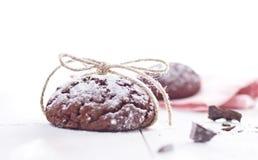 Biscotti freschi del cioccolato sui precedenti di legno bianchi immagine stock libera da diritti