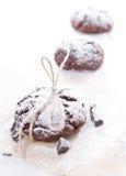 Biscotti freschi del cioccolato sul fondo di perchament immagine stock libera da diritti