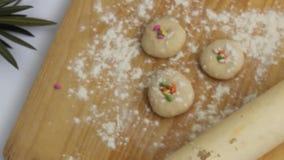 Biscotti freschi nella cottura stock footage