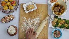 Biscotti freschi nella cottura video d archivio