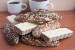 Biscotti in glassa, wafer del pan di zenzero del cioccolato immagine stock libera da diritti