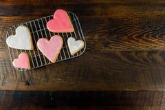 Biscotti glassati del cuore con lo spazio della copia da radrizzare Immagine Stock