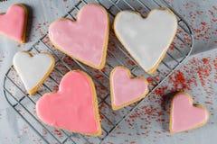 Biscotti glassati del cuore sullo scaffale di raffreddamento Immagine Stock Libera da Diritti