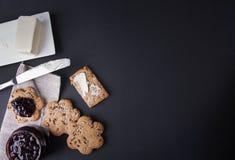 Biscotti interi con l'inceppamento della bacca e del burro Immagini Stock Libere da Diritti