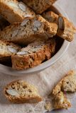 Biscotti italiani casalinghi dei biscotti dei dolci della mandorla di Biscotti Cantuccini sul dessert leggero del fondo immagini stock