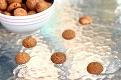 Biscotti italiani di amaretti su una tavola bianca immagini stock libere da diritti