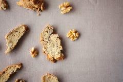 Biscotti italiani di biscotti con i dadi sulla tavola con la tovaglia di tela grigia Immagine Stock Libera da Diritti