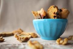 Biscotti italiani di biscotti con i dadi sulla tavola con la tovaglia di tela grigia Fotografia Stock