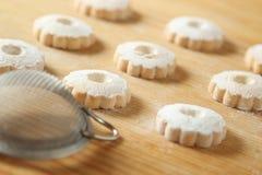Biscotti italiani di canestrelli con un filtro per lo zucchero a velo Immagini Stock