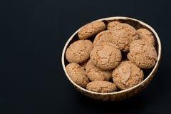 Biscotti kakor i en bunke på en svart bakgrund royaltyfri fotografi