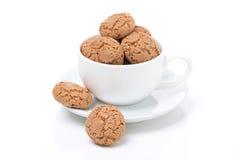 Biscotti kakor i en vit kopp,  royaltyfria foton