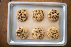 Biscotti liberi del glutine con gli ingredienti liberi del glutine sul vassoio di servizio fotografia stock libera da diritti