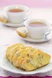 Biscotti libre de la almendra del gluten con té Fotos de archivo libres de regalías