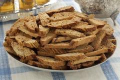 Biscotti marocchini tradizionali di fekkas con tè Fotografia Stock Libera da Diritti