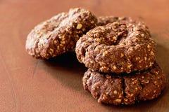 Biscotti matti dell'avena del cioccolato casalingo su fondo di legno Fuoco selettivo Copi lo spazio immagini stock libere da diritti