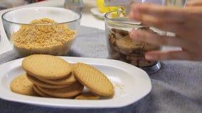 Biscotti mescolantesi mentre cucinando e facendo il dolce della crema del formaggio con i mirtilli stock footage