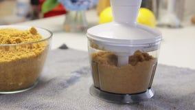 Biscotti mescolantesi mentre cucinando e facendo il dolce della crema del formaggio con i mirtilli video d archivio