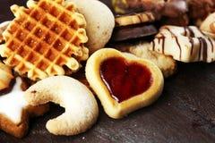 Biscotti misti di Natale Miscela variopinta dei decori Natale-di tema fotografie stock libere da diritti