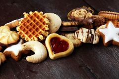 Biscotti misti di Natale Miscela variopinta dei decori Natale-di tema immagini stock