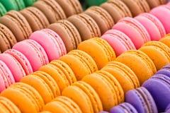 Biscotti multicolori assortiti del maccherone. fotografie stock