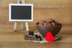 Biscotti naturali del cioccolato con i mirtilli rossi e le nocciole Fotografia Stock Libera da Diritti