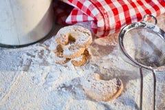 Biscotti o biscotti di cottura per Christmastime immagini stock