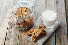 Biscotti o cantucci con l'uva passa sulla tavola rustica di legno, biscotto italiano tradizionale Fotografie Stock