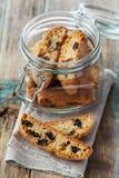 Biscotti ou cantucci avec des raisins secs sur la table rustique en bois, biscuit italien traditionnel Photos libres de droits