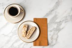 Biscotti på en platta med en kopp kaffe Arkivbilder
